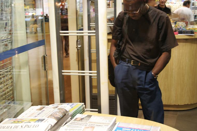 homem em agência de revistas rodoviária do Tietê