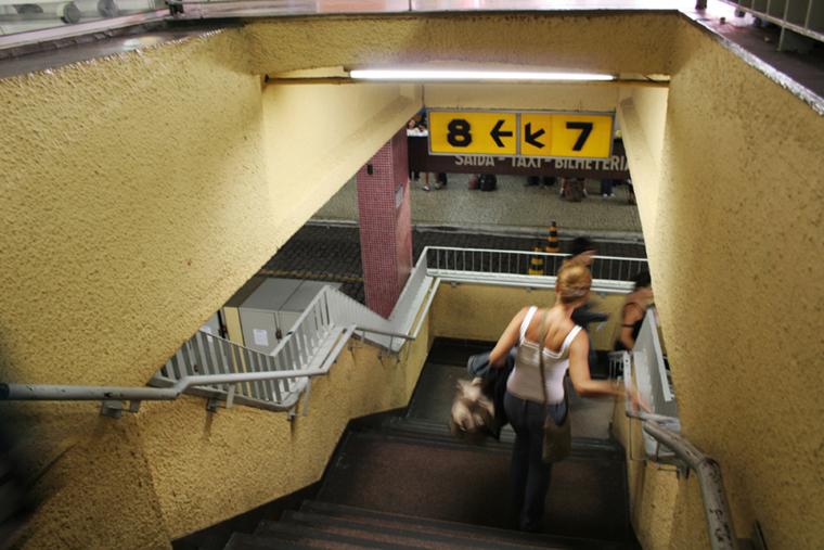 mulher escada amarela rodoviária de Campinas